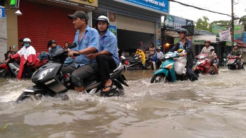 Sinh hoạt của người dân TP.HCM đảo lộn vì mưa lớn - ảnh 4