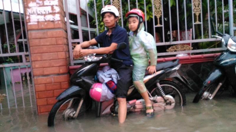Sinh hoạt của người dân TP.HCM đảo lộn vì mưa lớn - ảnh 3