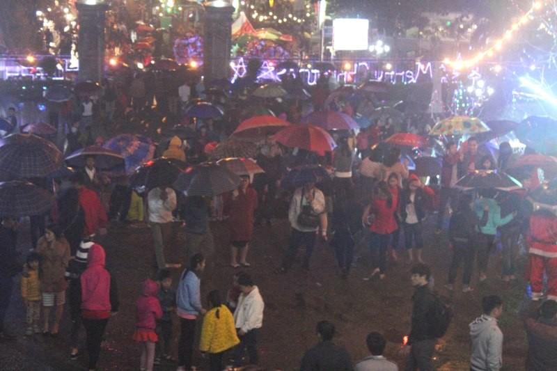 Người dân Huế đội mưa đi đón Giáng sinh - ảnh 3