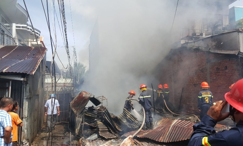 Cháy lớn làm 2 ngôi nhà bị thiêu rụi, sập đổ hoàn toàn - ảnh 1