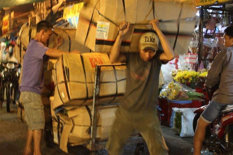 Trước ngày 8-3, chợ hoa Hồ Thị Kỷ có gì hấp dẫn? - ảnh 2