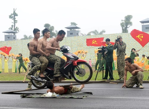Màn trình diễn 'nghẹt thở' của các chiến sĩ đặc công - ảnh 9