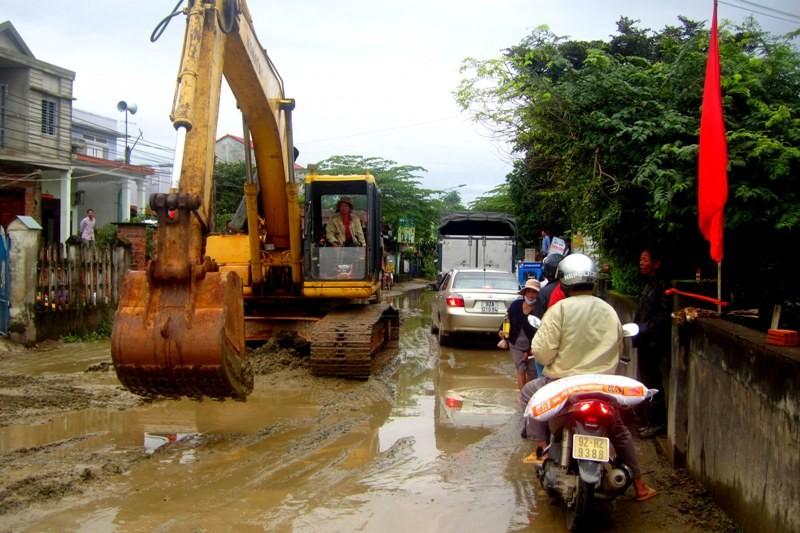 Bùn đất tràn vào nhà, dân chặn xe công trình - ảnh 1
