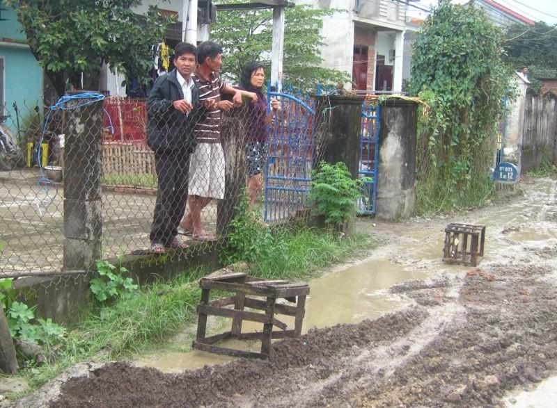 Bùn đất tràn vào nhà, dân chặn xe công trình - ảnh 2