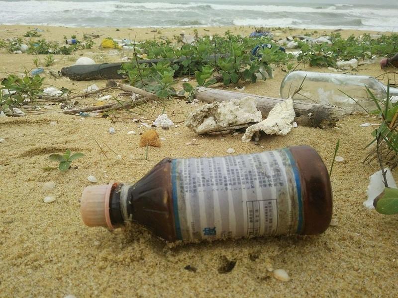 10 km bờ biển ngổn ngang vỏ chai nhãn Trung Quốc - ảnh 4