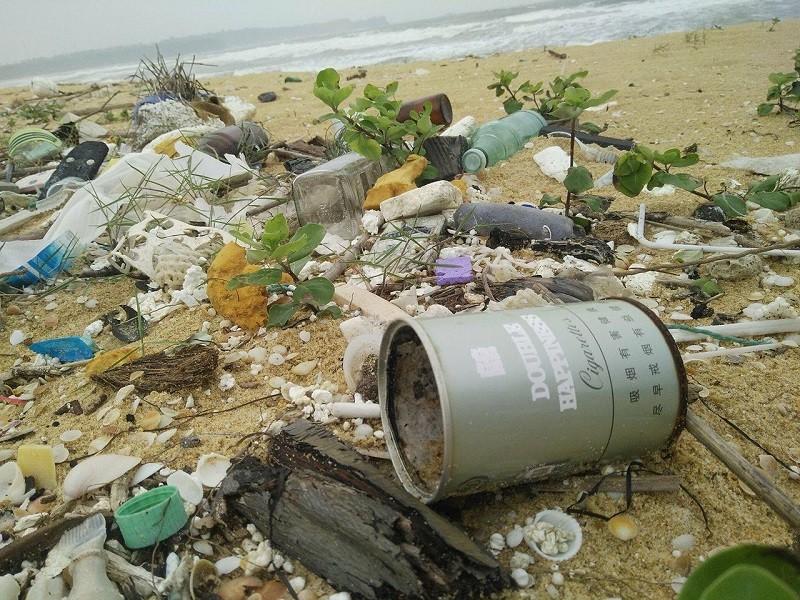 10 km bờ biển ngổn ngang vỏ chai nhãn Trung Quốc - ảnh 1