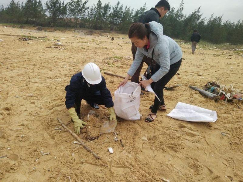 Thu gom 200 tấn rác tấp vào bờ biển Quảng Nam - ảnh 5