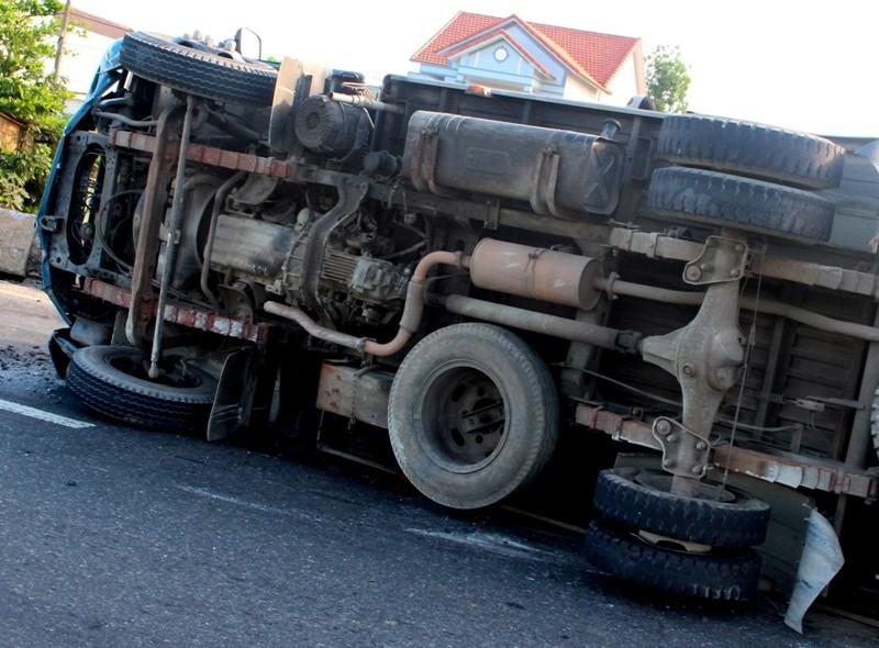 Lật xe tải, tài xế thoát chết hi hữu - ảnh 2