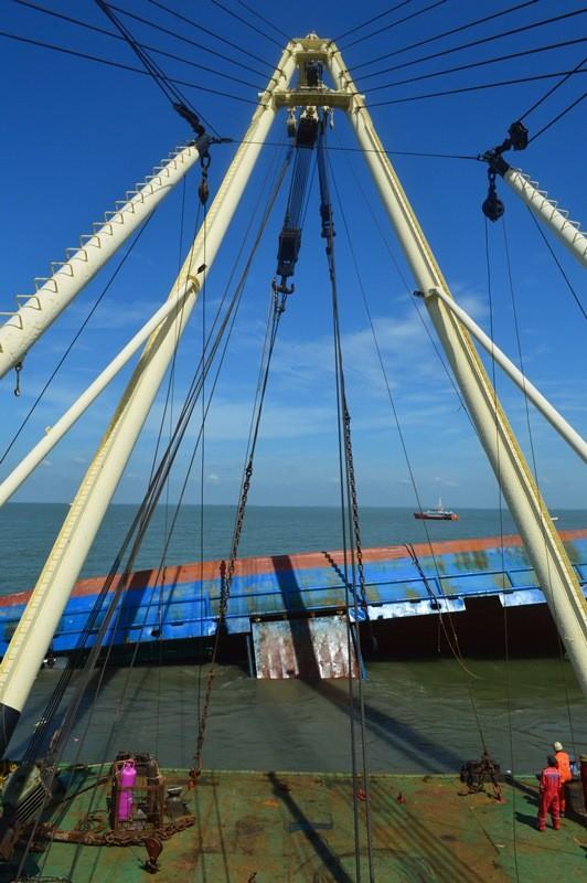 Toàn cảnh tiến hành trục vớt tàu Hoàng Phúc 18  - ảnh 1