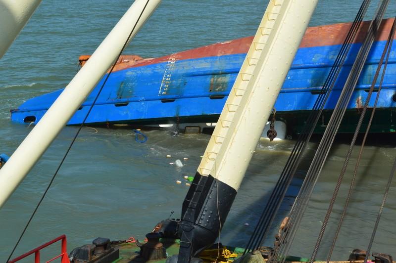 Toàn cảnh tiến hành trục vớt tàu Hoàng Phúc 18  - ảnh 2