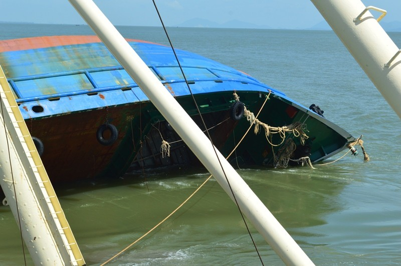 Toàn cảnh tiến hành trục vớt tàu Hoàng Phúc 18  - ảnh 3
