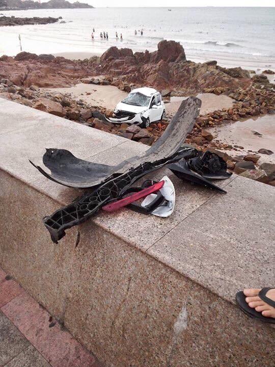 Taxi lao xuống biển, nữ hành khách tử vong - ảnh 1