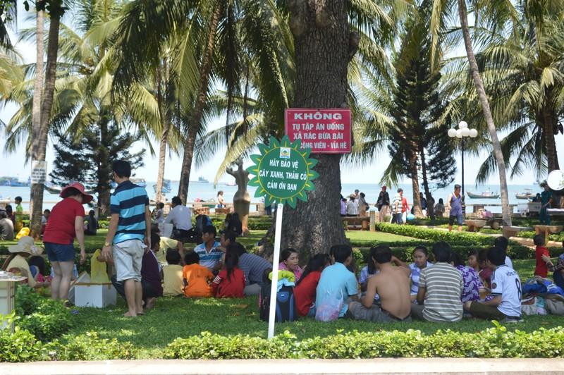 Vũng Tàu: Khách du lịch đông trên bãi biển sạch bong rác - ảnh 4