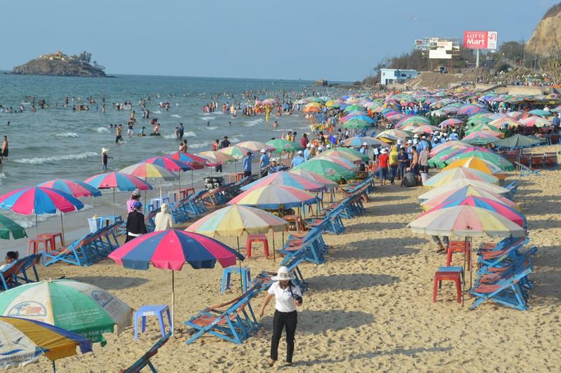 Vũng Tàu: Khách du lịch đông trên bãi biển sạch bong rác - ảnh 3