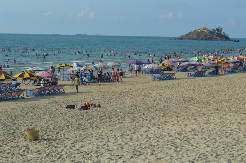 Vũng Tàu: Khách du lịch đông trên bãi biển sạch bong rác - ảnh 1