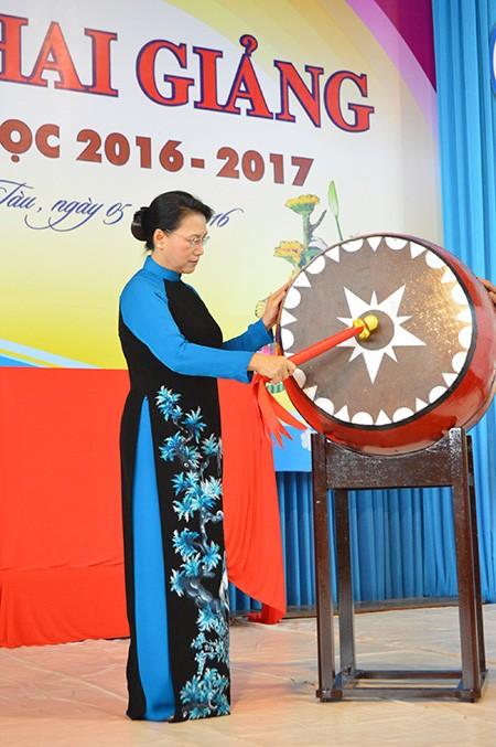 Chủ tịch Quốc hội đánh trống khai giảng tại Trường chuyên Lê Quý Đôn - ảnh 2
