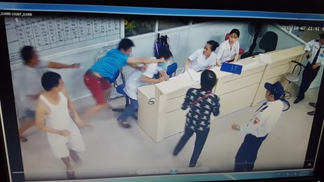 Audio: Bệnh nhân lao vào đánh bác sĩ - ảnh 1