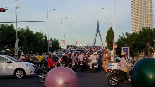 Đà Nẵng cấm ô tô qua cầu sông Hàn giờ cao điểm - ảnh 1