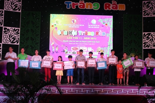 Trung thu đến với 1.000 em nhỏ mồ côi, khó khăn ở Thừa Thiên - Huế - ảnh 2