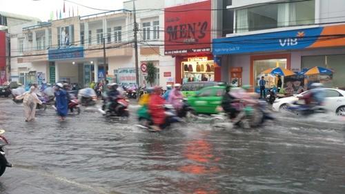 Đà Nẵng: Nhiều tuyến đường ngập lụt, người dân bì bõm trong mưa - ảnh 1