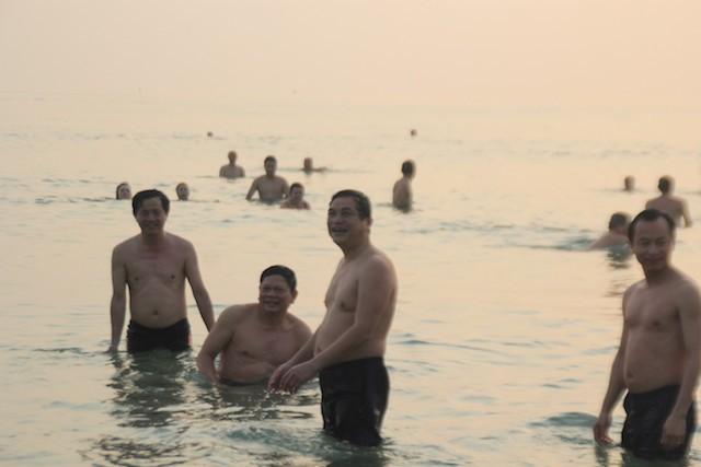 Bí thư, chủ tịch Đà Nẵng hồ hởi tắm biển cùng du khách lúc bình minh - ảnh 9