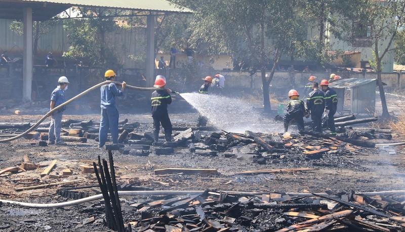 Đà Nẵng: Cháy lớn thiêu rụi bãi gỗ một công ty - ảnh 1