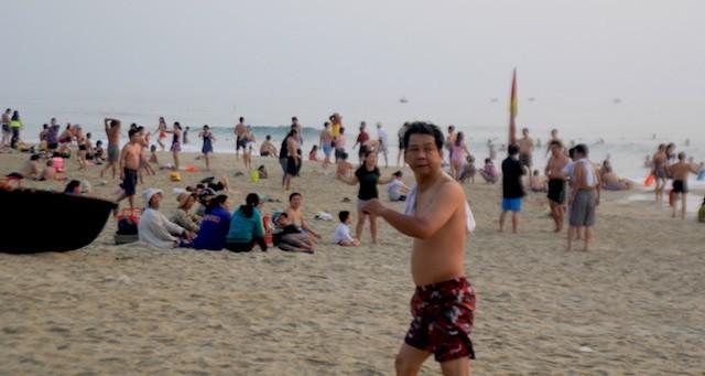 Khách du lịch tắm biển tại Đà Nẵng. Ảnh: LÊ PHI
