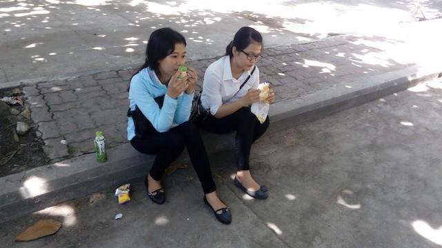 Thí sinh ăn bánh mì từ thiện