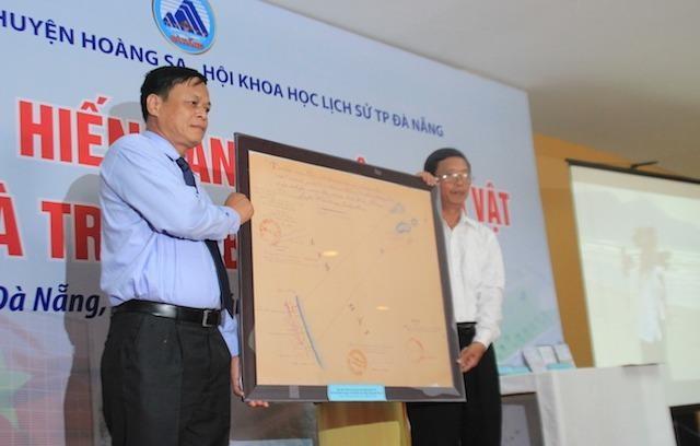 Lãnh đạo Ban tuyên giáo Thành uỷ Đà Nẵng trao tặng cho UBND huyện Hoàng Sa bản đồ của nhà nước VNCH thể hiện sự quản lý về mặt nhà nước, pháp lý của chính quyền VNCH đối với Hoàng Sa