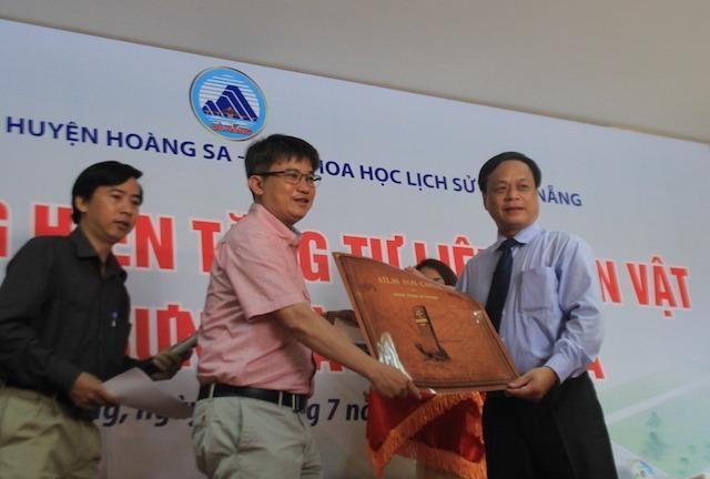 TS Trần Đức Anh Sơn tặng bản đồ quý thể hiện chủ quyền của Trung Quốc chỉ tới đảo Hải Nam và khẳng định Hoàng Sa-Trường Sa là của Việt Nam