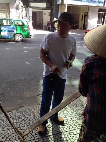 Người đàn ông còn giật cả nón chị bán hàng chuối rong.