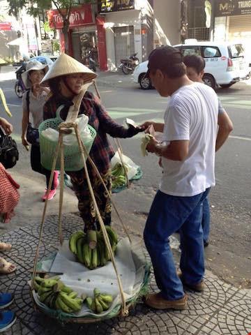 Khách Trung Quốc giật nón và hành xử thiếu văn hoá đối với người bán chuối rong trên đường phố Đà Nẵng vào ngày 4-7