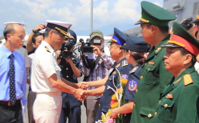 Đoàn lãnh đạo Bộ tư lệnh vùng cảnh sát biển 2 ra chân cầu cảng đón, chúc mừng thuỷ thủ đoàn Lực lượng bảo vệ bờ biển Nhật Bản tới Đà Nẵng. Ảnh: LÊ PHI