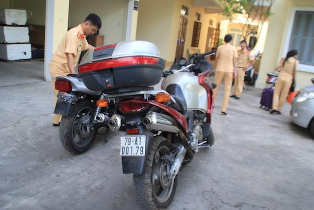 """Hai xe mô tô khủng giấy tờ lậu """"chui"""" lên tàu TN4 bị đội 2, Cục CSGT đường bộ - đường sắt phát hiện. Ảnh: LÊ PHI."""