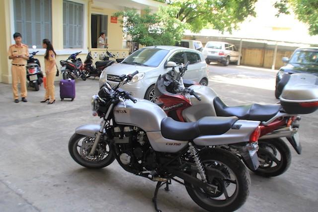 Hai mô tô loại khủng này được vận chuyển từ ga Sài Gòn về Đà Nẵng. Ảnh: LÊ PHI.