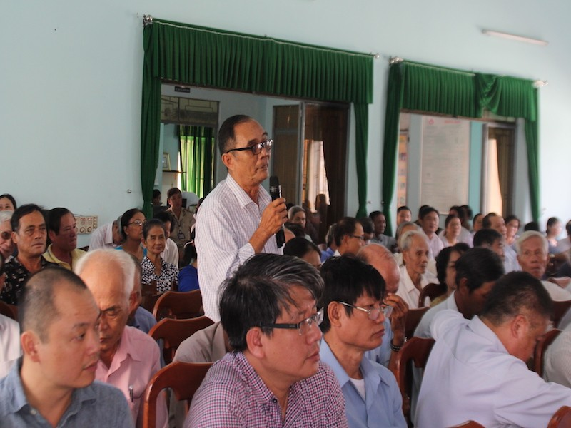 Cử tri Thanh Khê đặt nhiều câu hỏi cho lãnh đạo TP Đà Nẵng. Ảnh: LÊ PHI.