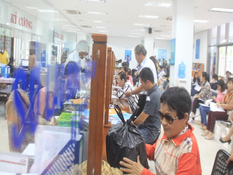 Người dân Đà Nẵng sẽ không còn vất vả đến làm và chờ đợi nhận giấy khai sinh, thẻ bảo hiểm y tế và vào sổ hộ khẩu cho con nữa. Ảnh: LÊ PHI.