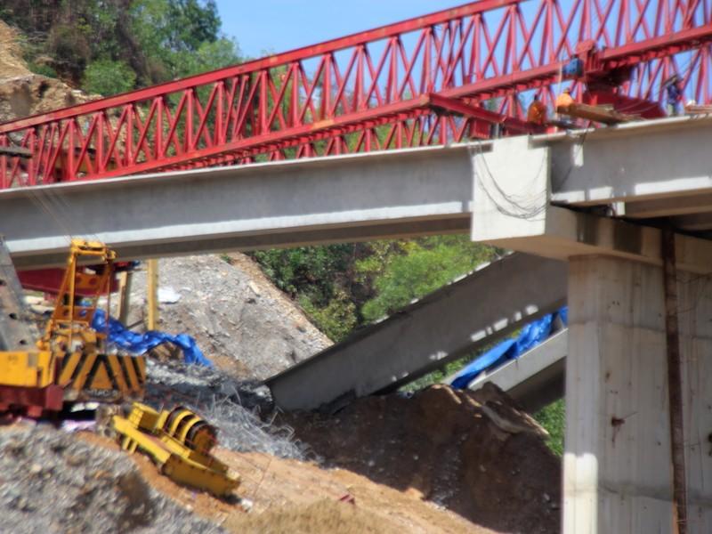 Ba dầm cầu trên cao tốc La Sơn-Túy Loan mới nghiệm thu bị sập gãy - ảnh 1