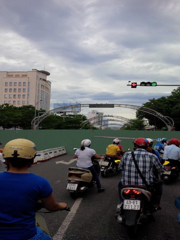 Giao thông khu vực trung tâm Đà Nẵng hỗn loạn vì rào đường - ảnh 2