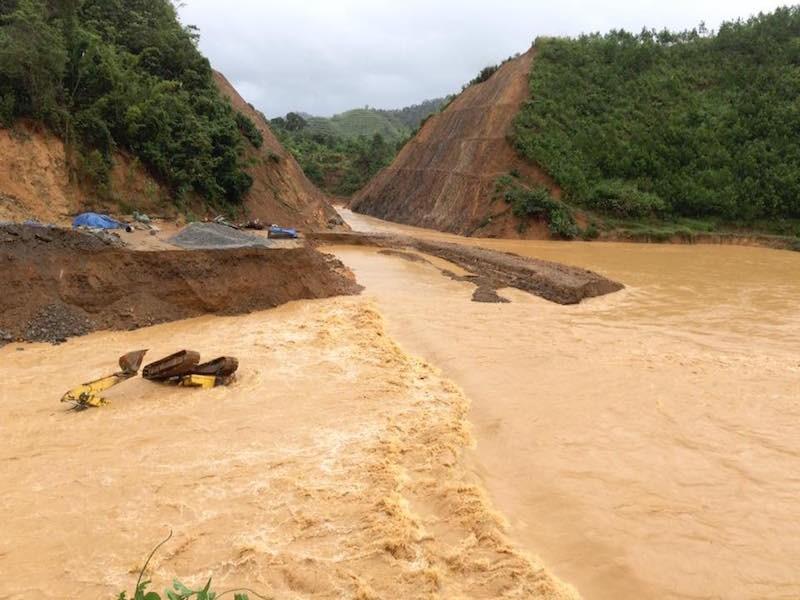 Quảng Nam: Lũ nhấm chìm taxi và nhiều nơi sạt lở nghiêm trọng sau bão - ảnh 4