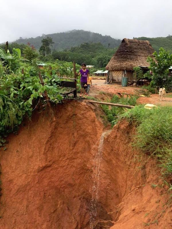 Quảng Nam: Lũ nhấm chìm taxi và nhiều nơi sạt lở nghiêm trọng sau bão - ảnh 3