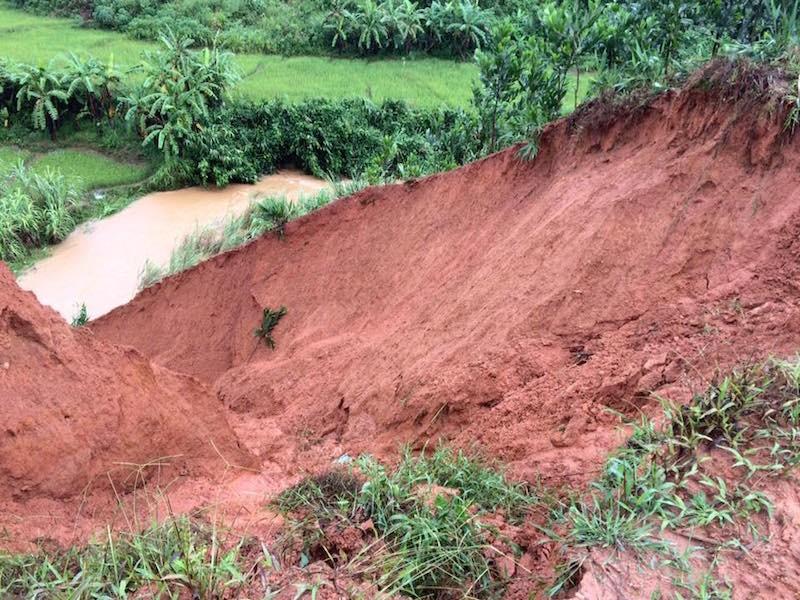 Quảng Nam: Lũ nhấm chìm taxi và nhiều nơi sạt lở nghiêm trọng sau bão - ảnh 2