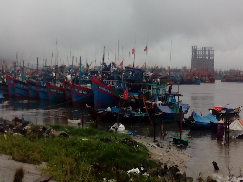 Lũ miền Trung lên ào ạt, nhiều tàu cá gặp nạn - ảnh 3
