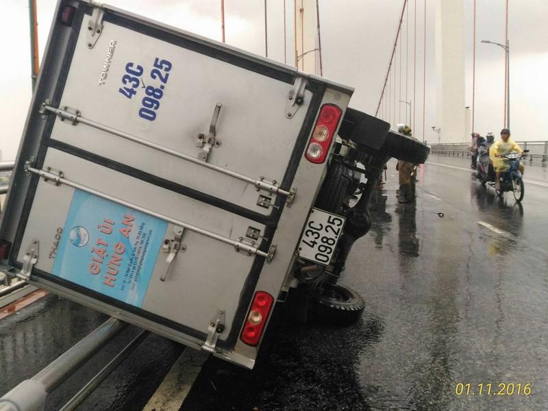 Xe tải húc xe máy lật nghiêng trên cầu Thuận Phước - ảnh 2