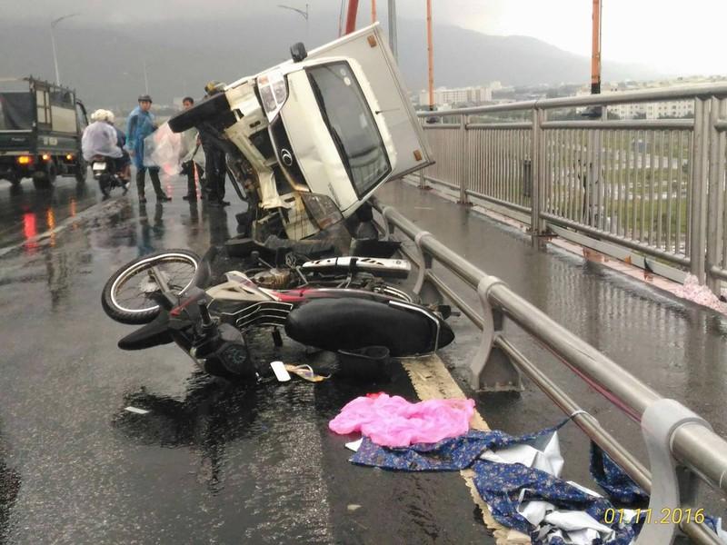 Xe tải húc xe máy lật nghiêng trên cầu Thuận Phước - ảnh 1
