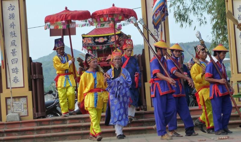 Hàng năm tại đình làng Tuý Loan (Hoà Vang, Đà Nẵng) sau lễ rước sắc vua ban thì đều tố chức hát và chơi Bài Chòi. Ảnh: LÊ PHI.