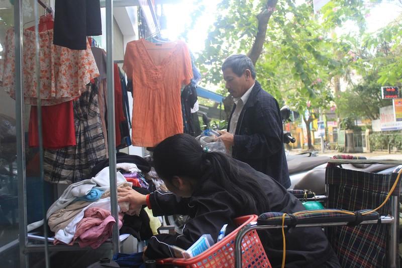 Quầy quần áo Tết miễn phí cho người nghèo - ảnh 3