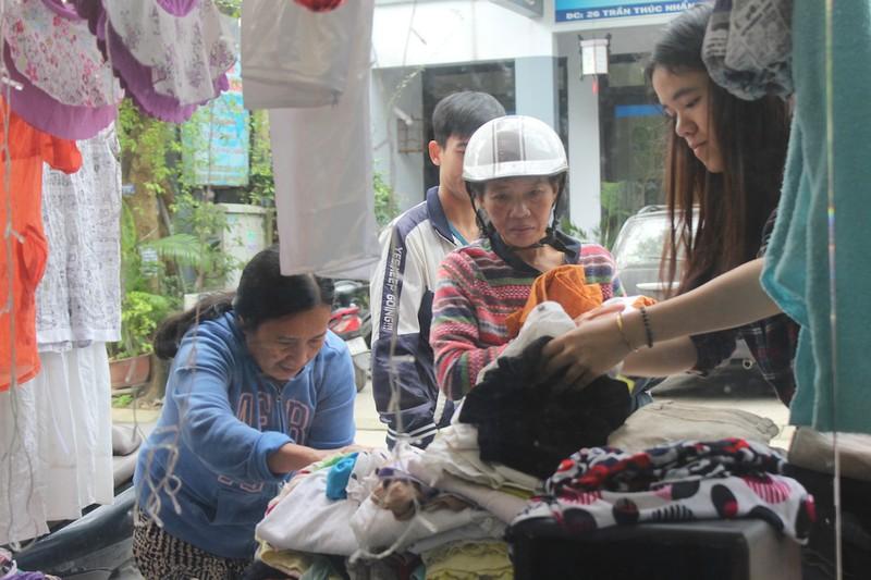 Quầy quần áo Tết miễn phí cho người nghèo - ảnh 4