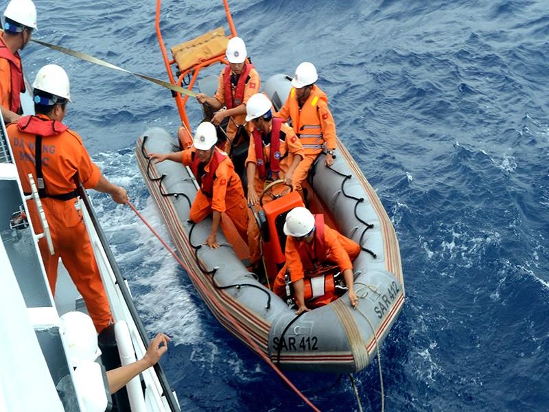 Vượt gió bão, cứu nạn một ngư dân co giật trên biển - ảnh 1