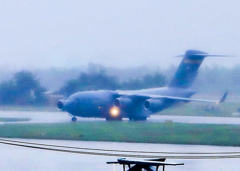 Máy bay C17 của đoàn Mỹ tới sân bay Đà Nẵng   - ảnh 4